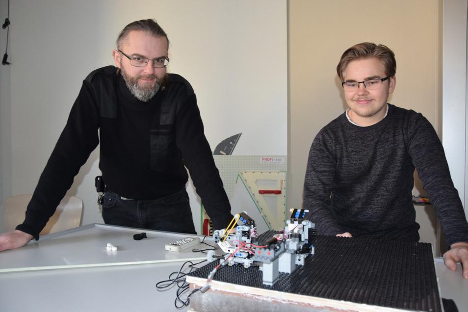 Dr. Falk Günther und Tom zeigen das Interferometer, das im Zuge der Zusammenarbeit von Lessing-Gymnasium Hoyerswerda und BTU entstanden ist.