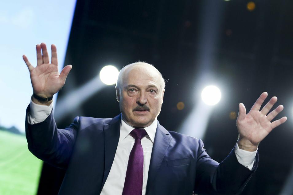 Alexander Lukaschenko (M) ist der umstrittene Präsident von Belarus.