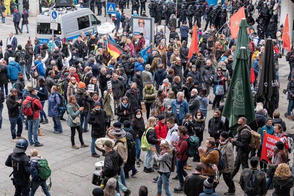 Stuttgart: Trotz des Verbots von zwei geplanten Demonstrationen gegen die Corona-Politik demonstrierten am Samstag zahlreiche Menschen in der Innenstadt gegen Corona-Maßnahmen.