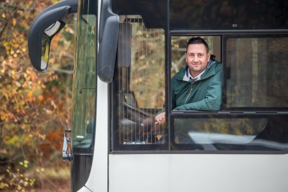 Patrick Schultze ist Inhaber und Geschäftsführer von Schwarz-Reisen. Hier in einem seiner Busse, die derzeit stillgelegt sind.