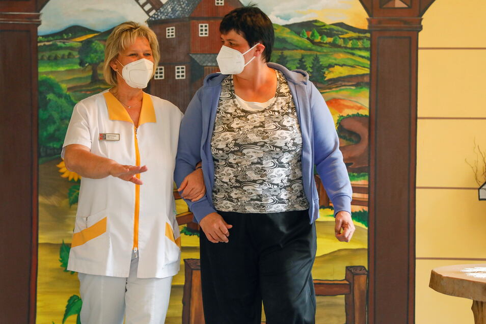 Pflegedienstleiterin Carola Wilhelm mit einer Bewohnerin des Niederoderwitzer Seniorenheims.