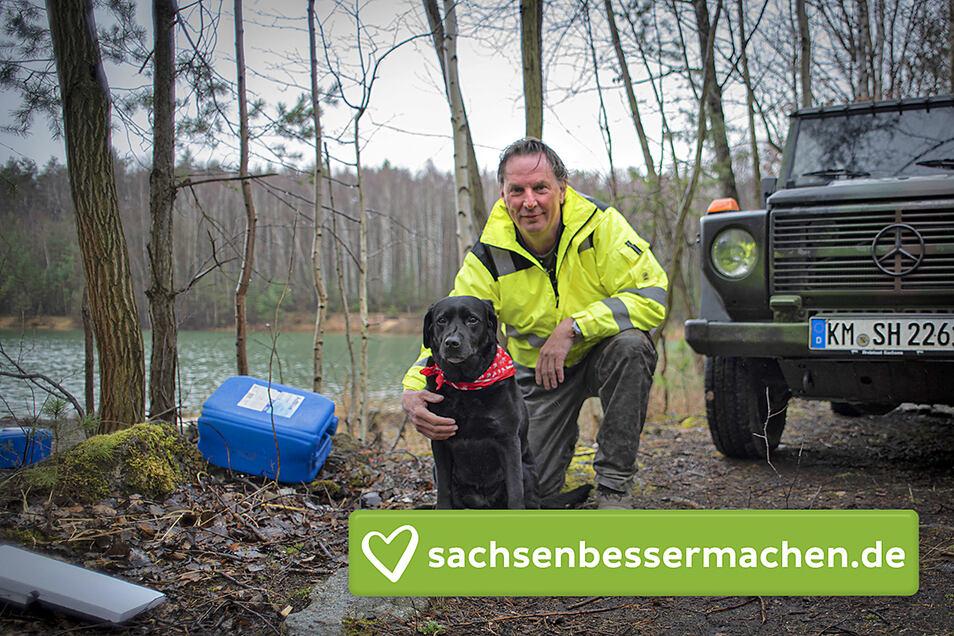 Stadtjäger Hendrik Schütt ruft die Kamenzer zum 1. Frühjahrsputz im Kamenzer Forst sowie auf dem Hutberg ein. Hündin Emma ist auf seinen Touren immer mit dabei, wie hier an der Tongrube im Forst. Müll findet man leider allerorts.