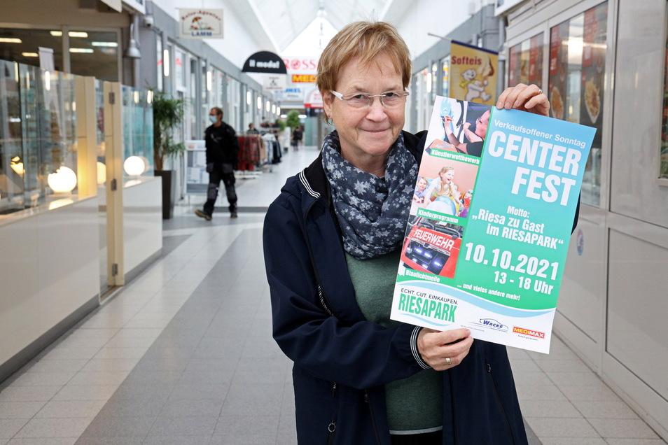 Centermanagerin Elke Ullrich an einem der Eingänge zum Riesapark. Das Einkaufszentrum richtet zum verkaufsoffenen Sonntag ein großes Centerfest aus.