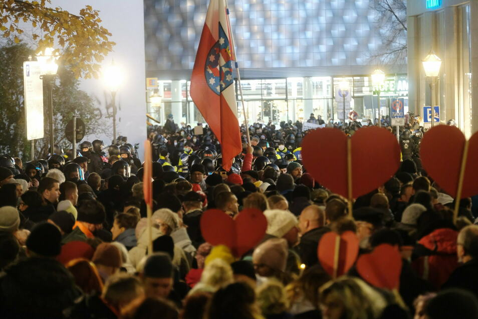 Demo-Teilnehmer versammeln sich am Samstag auf einer Straße im Stadtzentrum von Leipzig.