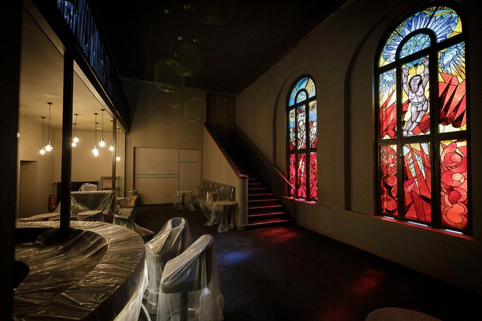 Blick in das Foyer des Filmpalasts im September 2020, hier sind die beiden expressionistischen Bleiglasfenster aus der Bauzeit des Gebäudes vor gut 100 Jahren zu sehen.