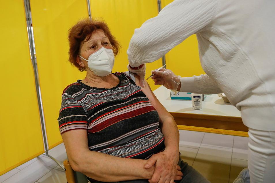 Und erhalten die erste von zwei Impf-Dosen.