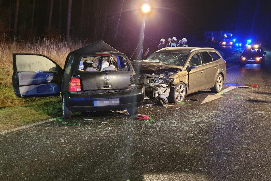 Auf der B 101 bei Frauenhain stoßen in der Nacht zu Sonntag ein VW Lupo und ein Ford zusammen. Ein Beifahrer stirbt, sechs Menschen werden teils schwer verletzt.