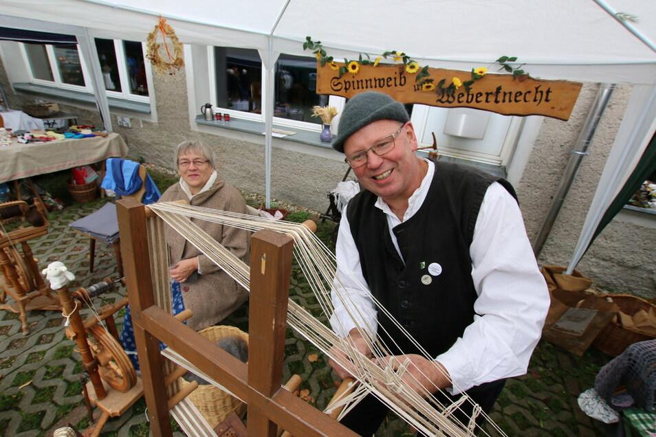 Adrian und Beate zeigen beim Hoffest, wie früher Gurte gewebt wurden. Dazu haben die Handwerker damals Leinen und Baumwolle verwendet. Das war stabiler als Schafswolle.