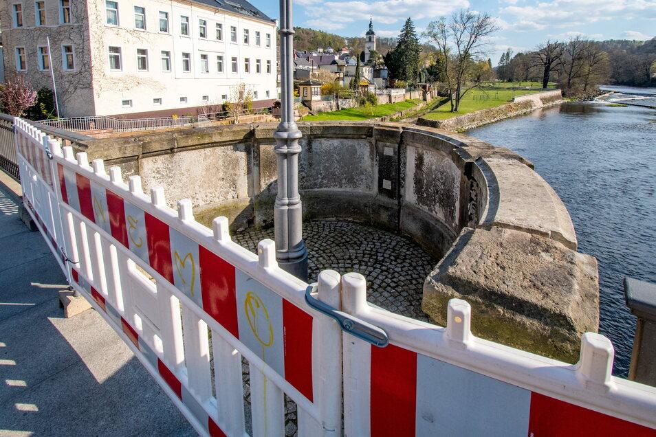 Mit rot-weißen Baken ist ein Balkon der Zschopaubrücke in Waldheim abgesperrt. Ein Stück der Brüstung droht umzustürzen.