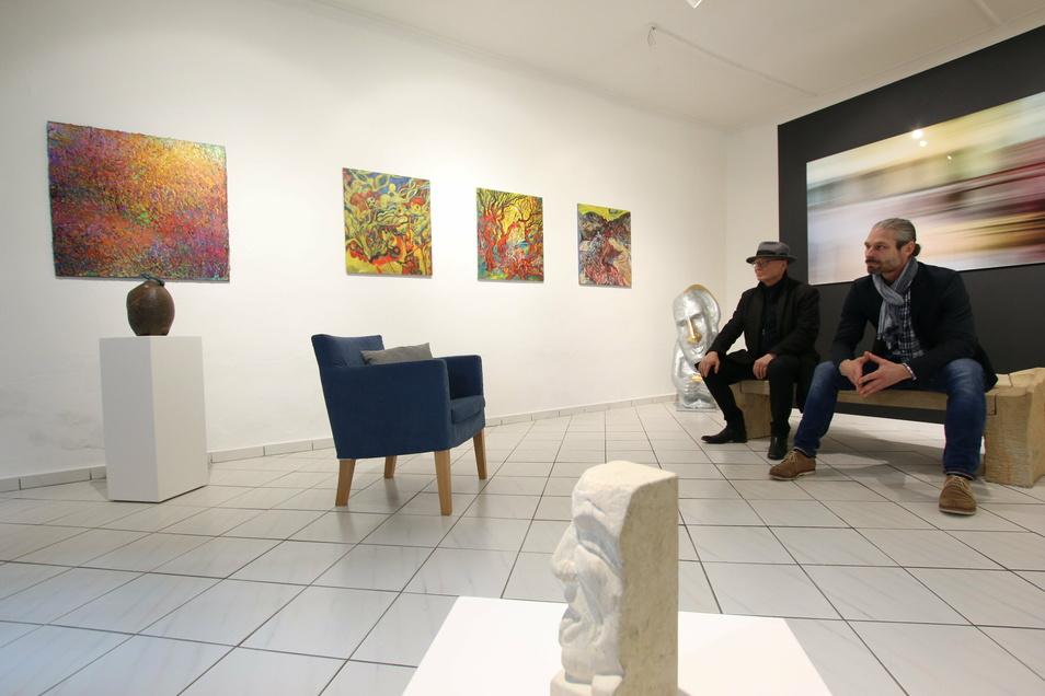 Michael Freudenberg und Mirko Joerg Kellner (rechts) sind zwei der Künstler, die Werke zur Schaufenster-Galerie im neuen Kunsthaus Leisnig beigesteuert haben.