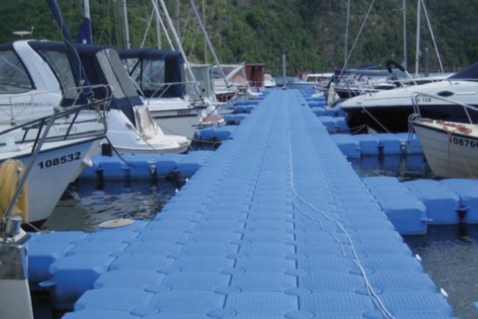 Aus solchen Kunststoffmodulen wird die schwimmende Bühne am Donnerstag zusammengebaut.