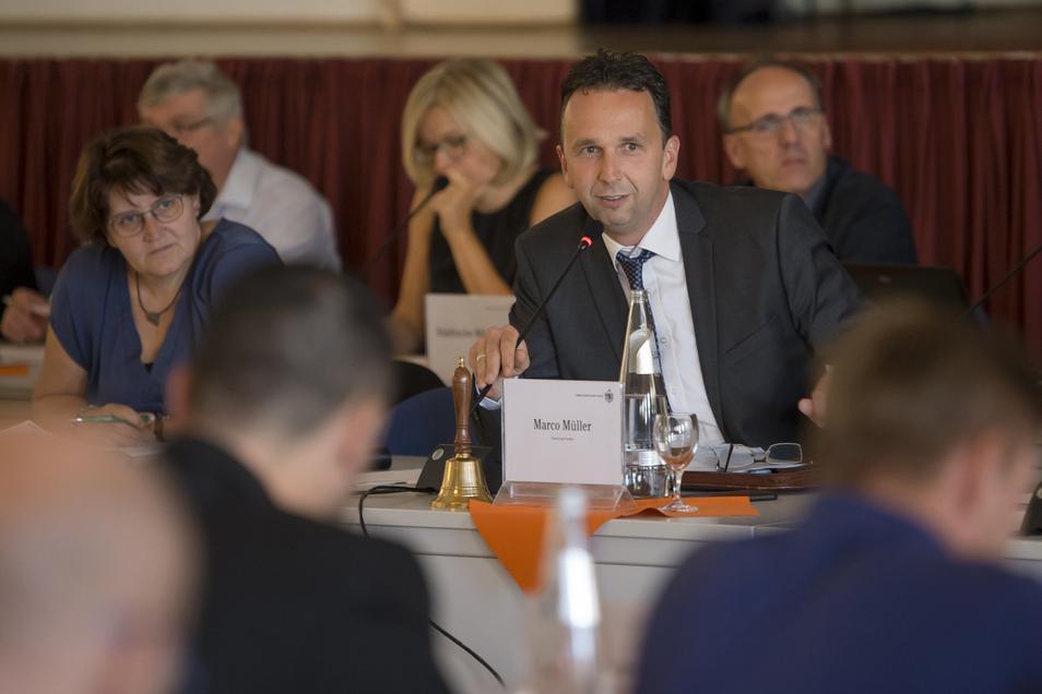 Riesas Oberbürgermeister Marco Müller (CDU) hofft auf weitere Lockerungen der Corona-Regen für Gastronomen und Händler.