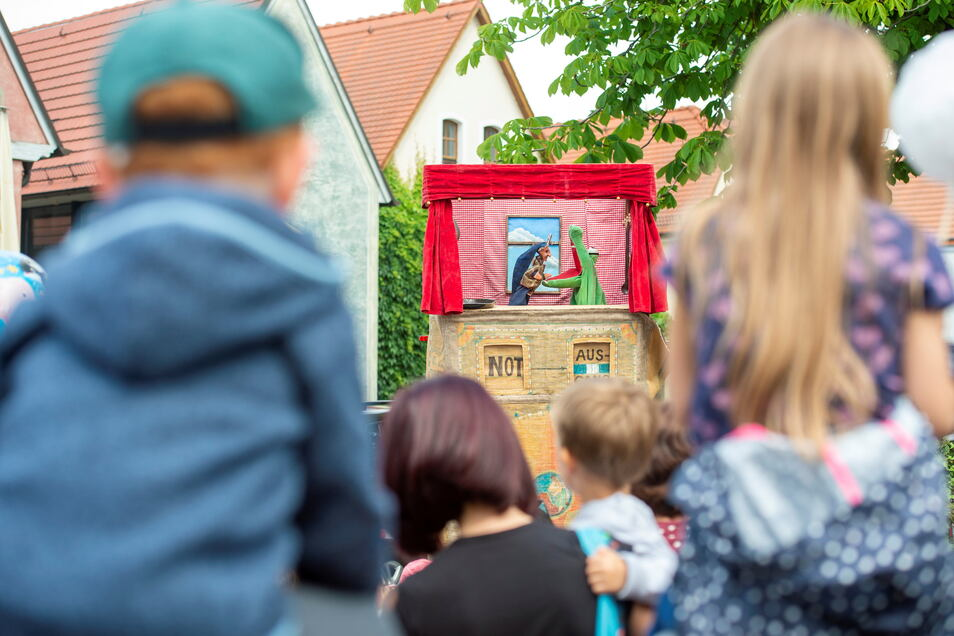 Gespannt lauschten Kinder auf dem Dorfanger der Geschichte vom Kaspar und dem Krokodil von Puppenspielerin Cornelia Fritzsche.