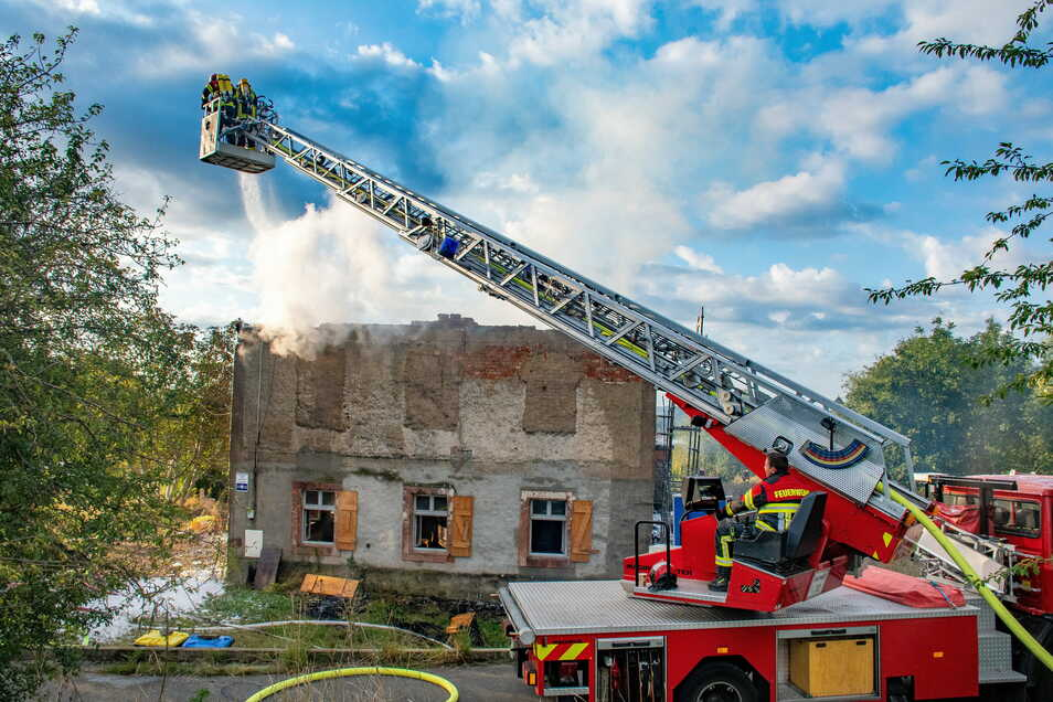 Bei einem Gebäudebrand im Leisniger Ortsteil Kalthausen musste das Löschwasser auch mit Wasserwagen der Landwirte zum Unglücksort transportiert werden.