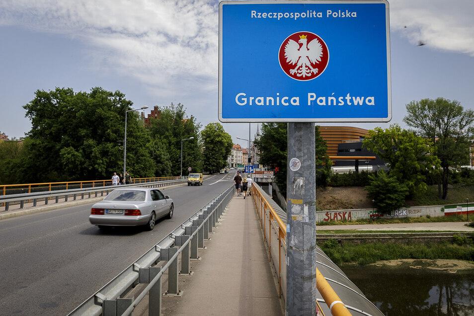 Hier, auf der Stadtbrücke, standen Freitagabend noch Baken und Grenzsoldaten. Am Sonnabend war davon keine Spur mehr zu sehen.