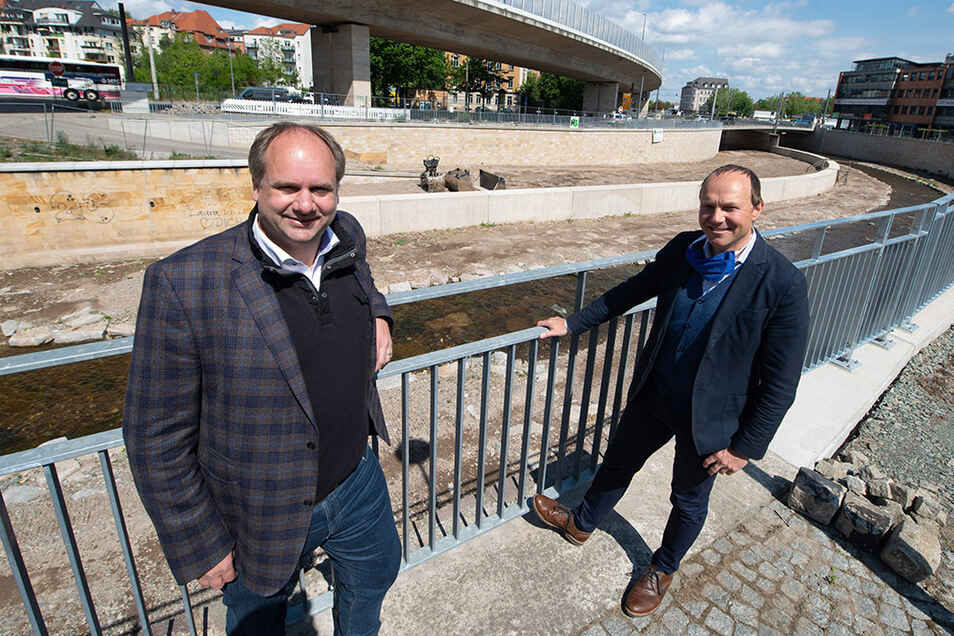 Oberbürgermeister Dirk Hilbert (l.) und Umweltminister Wolfram Günther freuen sich, dass der Weißeritzknick und damit der gesamte Fluss im Dresdner Stadtgebiet hochwassersicher ausgebaut ist.