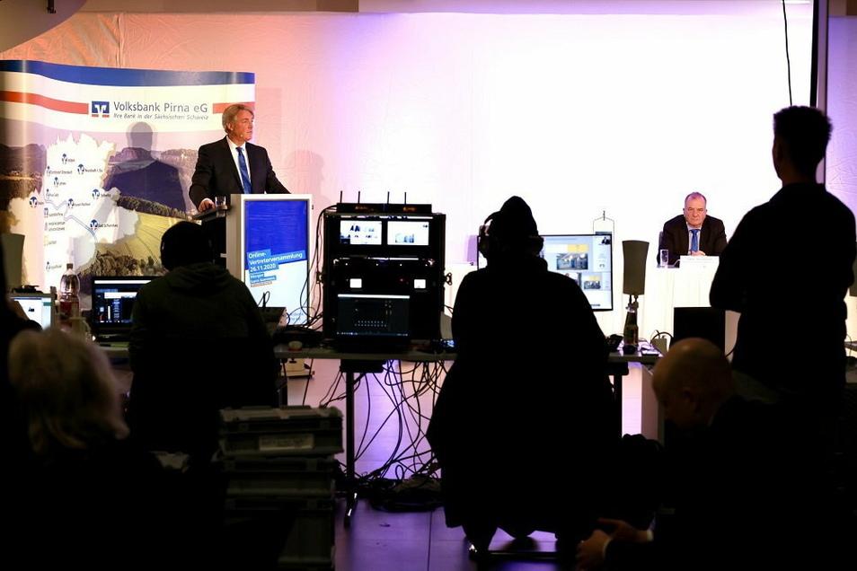 Hauke Haensel (l.) und Thomas Gischke sprachen erstmals online zu den Vertretern der Volksbank Pirna.