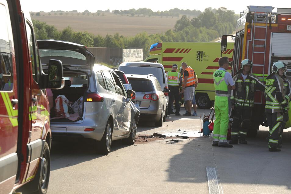 Vier Personen wurden bei der Massenkarambolage verletzt.