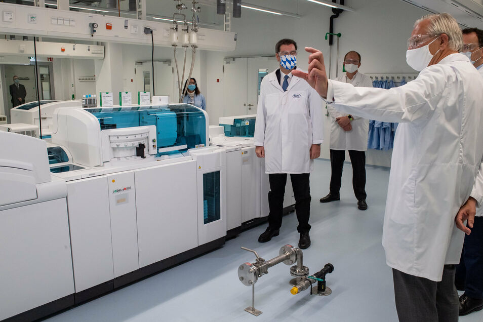 Markus Söder (l) und Jens Spahn (r) am Montag im Roche-Entwicklungslabor für den neuen serologischen Antikörpertest.