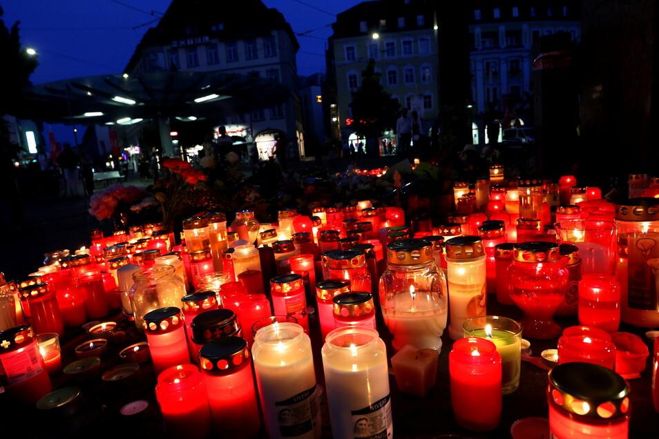 Blumen und Kerzen vor dem Tatort der Messerattacke in Würzburg