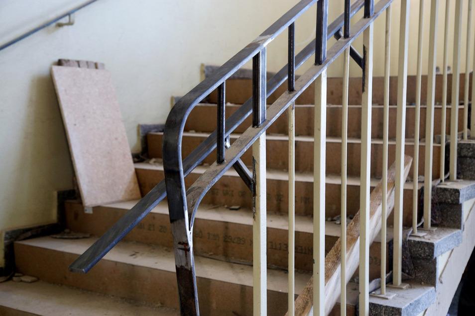 Neue Vorschriften: Im Treppenhaus mussten die Firmen die Höhe des Geländers erhöhen.