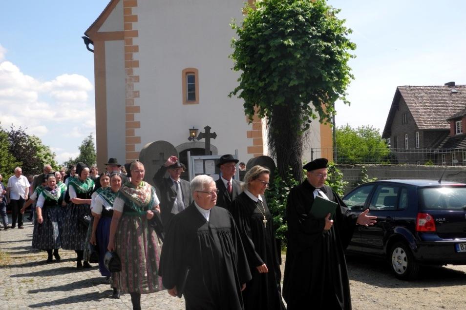 Nach dem zweisprachigen Abendmahlsgottesdienst zogen die Teilnehmer des Heimattages durch das Dorf.