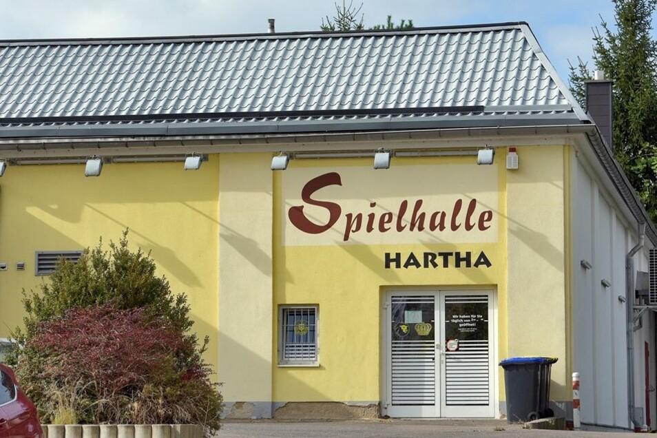 In Hartha gibt es zwei Spielhallen, die beide geöffnet haben. Beide Einrichtungen liegen in der Nähe von Schulen beziehungsweise vom Hort Sonnenschein. Laut Glücksspielstaatsvertrag muss der Abstand mindestens 250 Meter betragen – so sieht es die Landesdi
