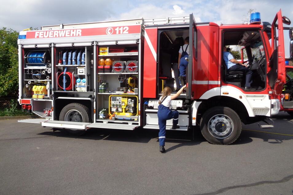 Das neue LF 10 wurde am Sonntag auch von jungen Feuerwehrleuten inspiziert - und für gut befunden.