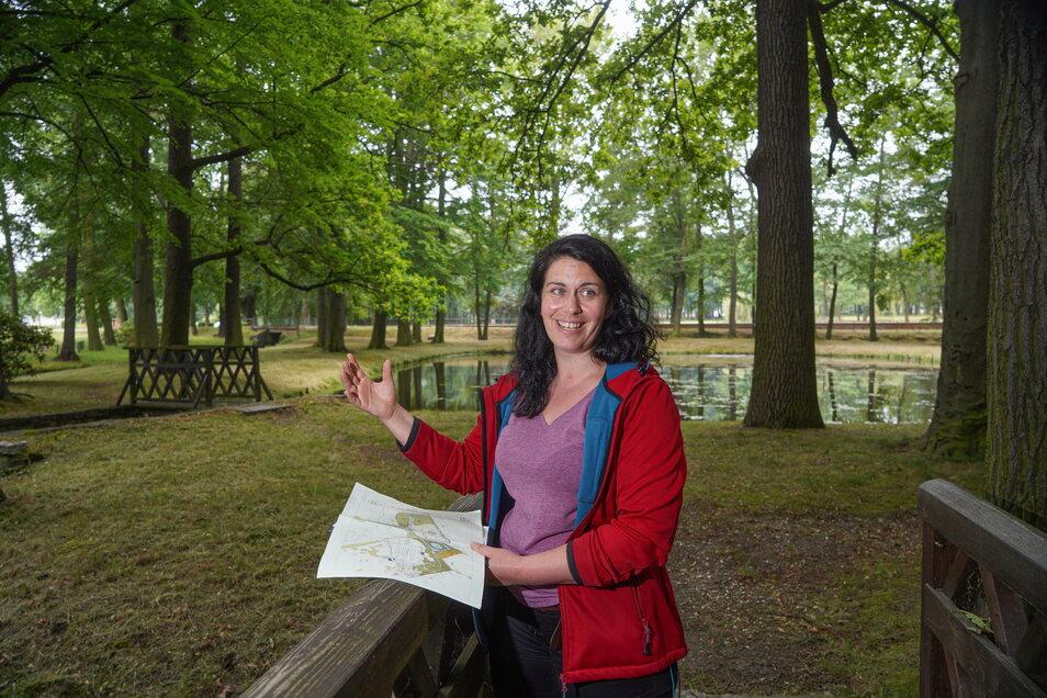 Umweltpädagogin Christine Weber führt Besucher durch den Park des Bildungsgutes in Schmochtitz.