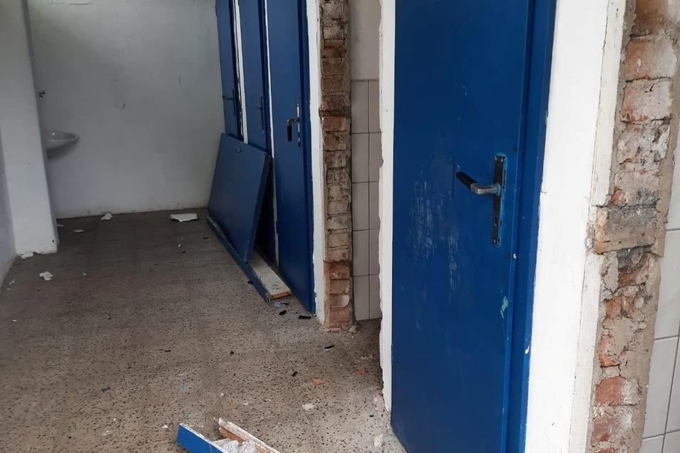 Die Zerstörungswut in den Toiletten des Lößnitzbades kannte keine Grenzen: Herausgetretene Türen, selbst die Türfassungen, die Zargen, sind herausgerissen.