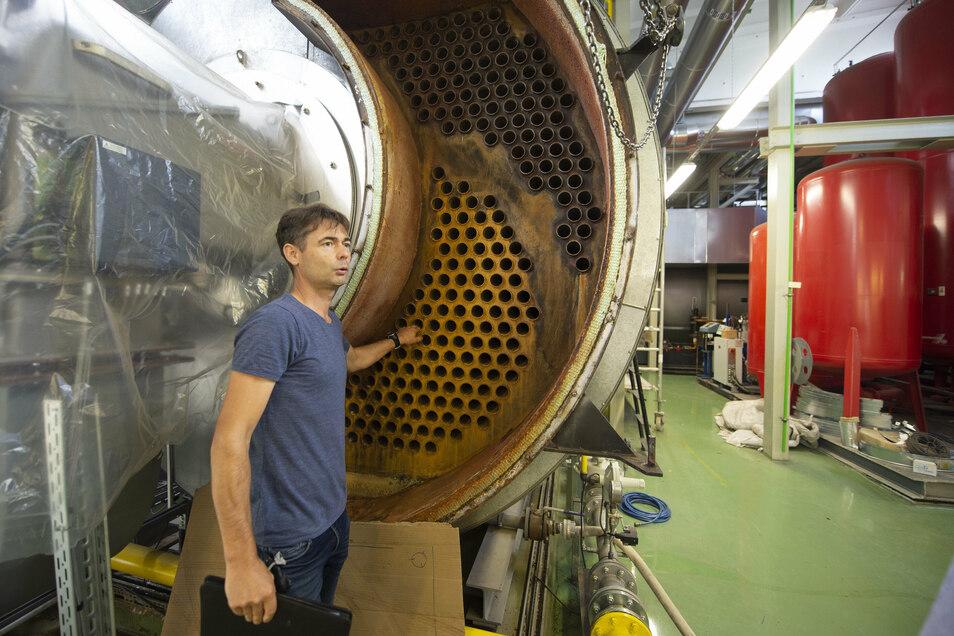 Der Leiter Technik der Technischen Werke Coswig, Robert Neupold, an dem in Reparatur befindlichen Heizwasserkessel im Kraftwerk