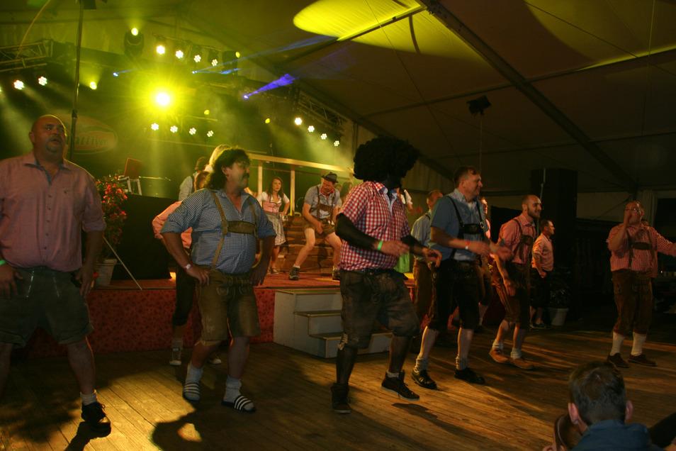 """Der Auftritt des """"Bauernballett Demmingen"""", einem Ortsteil von Dischingen 2017 in Oberseifersdorf zur 750-Jahr-Feier. Der Seierschdurfer Faschingsclub hat sich dafür im letzten Jahr mit einem Auftritt zum 40. Stadlfest in Demmingen bedankt."""