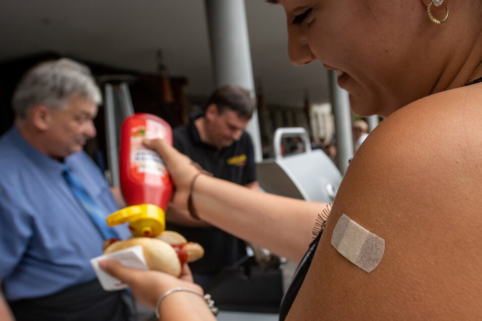 Nach erfolgreicher Impfung mit dem Impfstoff von Biontech/Pfizer erhalten die Teilnehmer kostenlos eine Bratwurst.