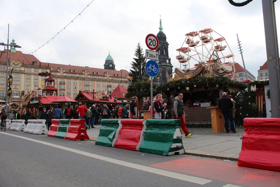 2017: Die Nizza-Sperren auf dem Striezelmarkt in Dresden wurden weihnachtlich dekoriert.