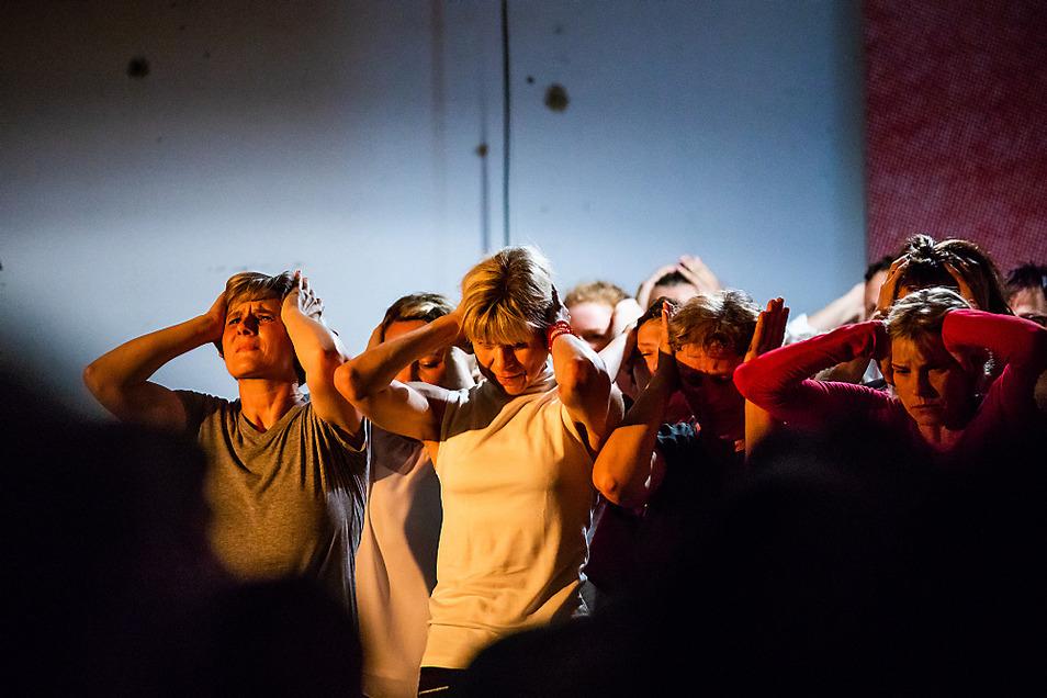 """Eine Szene aus dem """"Raum '91"""", der Teil des Tanzstückes """"Manifest!"""" aus dem Jahr 2018 ist. Multimedial wurden Zuschauer in die Stadtgeschichte eingeführt."""