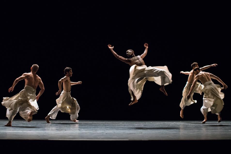 """Testosteron-Alarm herrscht in der Semperoper, wenn das Ballett des Hauses das energetische """"Black Milk"""" vom israelischen Choreografen-Star Ohad Naharin tanzt."""