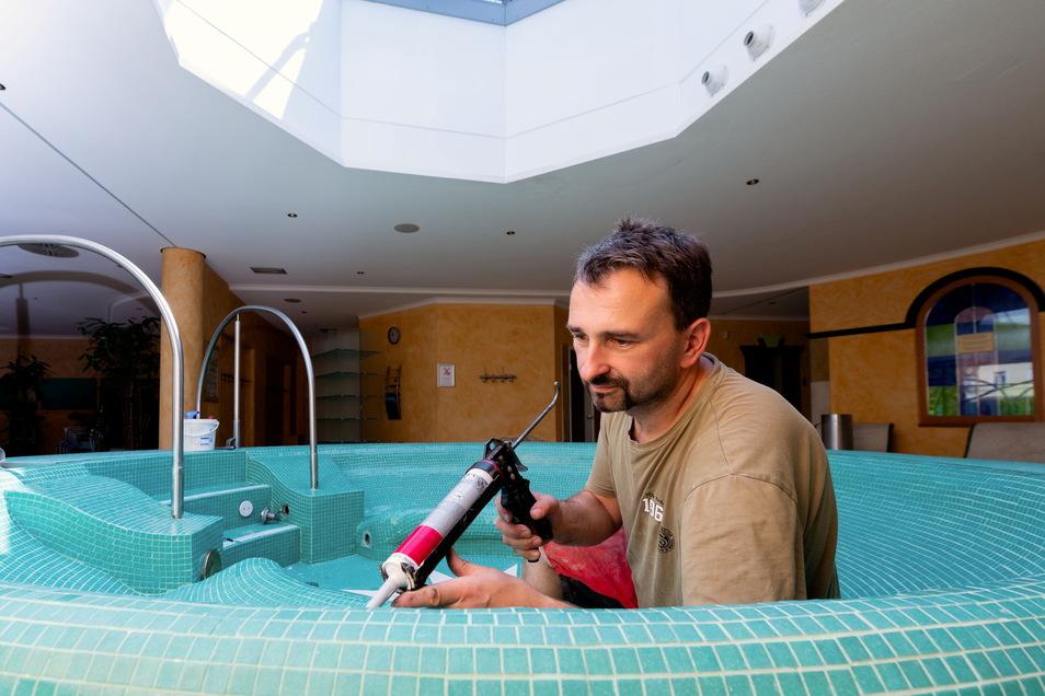 Dirk Schurz von der Firma DSP bei Fliesenarbeiten und Reparaturen im Saunabereich.