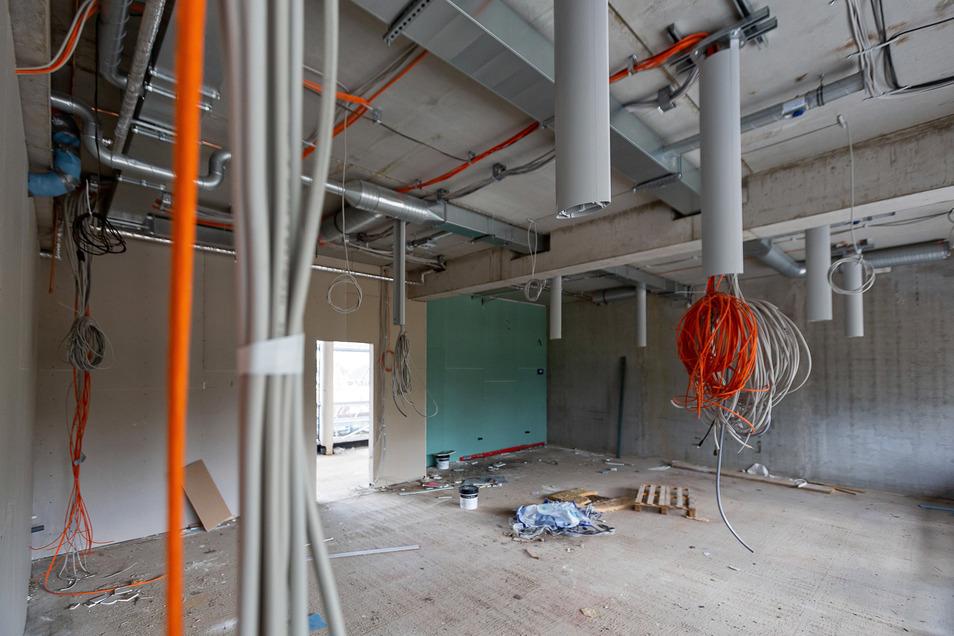 Hier wird später Chemie unterrichtet Dass das ein Chemiekabinett wird, kann man ahnen. Von der Decke her werden durch die Rohre Leitungen zu den künftigen Arbeitsplätzen verlegt.