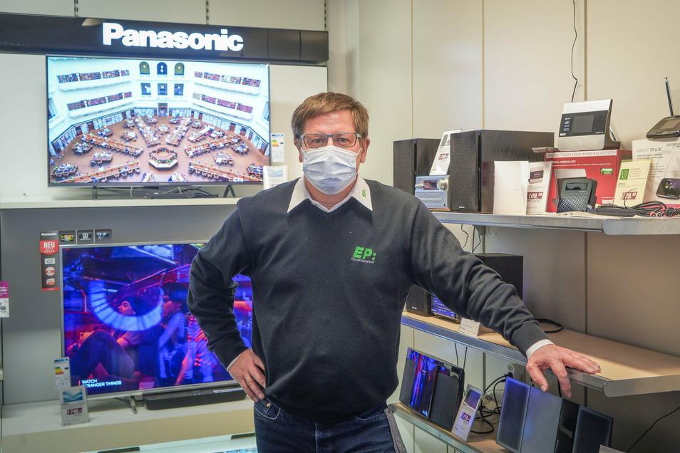 Henrik Truhel darf seine Dienstleistungen trotz des Lockdowns anbieten - aber das klassische Weihnachtsgeschäft in seinem Elektronikhandel bricht weg.