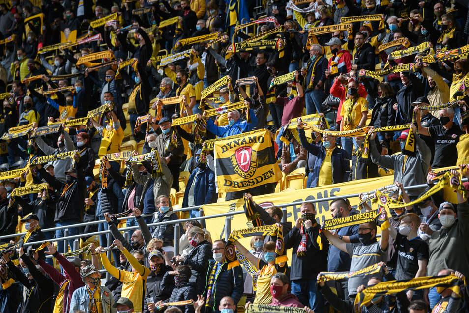 """Dicht an dicht stehen Dynamos Fans hier, bis zu zehn Personen gelten als Infektionsgemeinschaft. Die Skepsis vor dem Stadion-Besuch in Corona-Zeiten ist aber offenbar hoch. Offiziell sind diesmal """"nur"""" 10.035 Zuschauer da – kein neuer Rekord. Im Pokal gegen Hamburg waren es 10.053."""