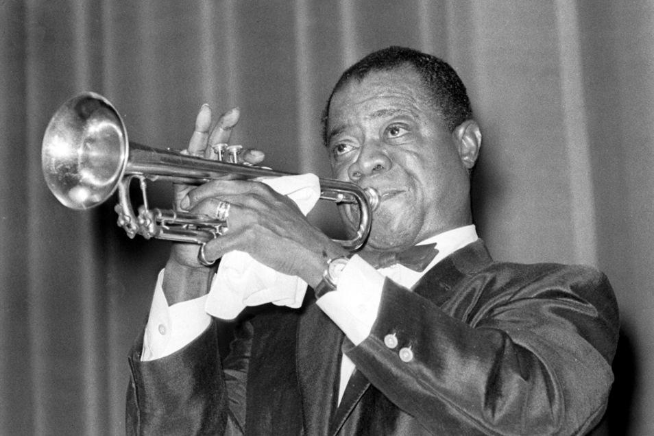 """Schweißtuch als Markenzeichen: Louis Armstrong, der amerikanische Jazz-Trompeter, Komponist, Sänger und Schauspieler, 1955 bei einem Auftritt in Frankfurt. Vor 50 Jahren starb der """"König des Jazz"""" in New York."""