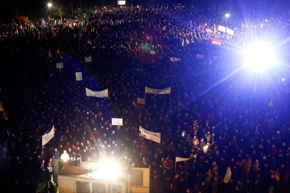 Die Pegida-Bewegung, die diesmal 10000 Teilnehmer versammelte, sah sich erstmals starkem öffentlichen Widerstand ausgesetzt.