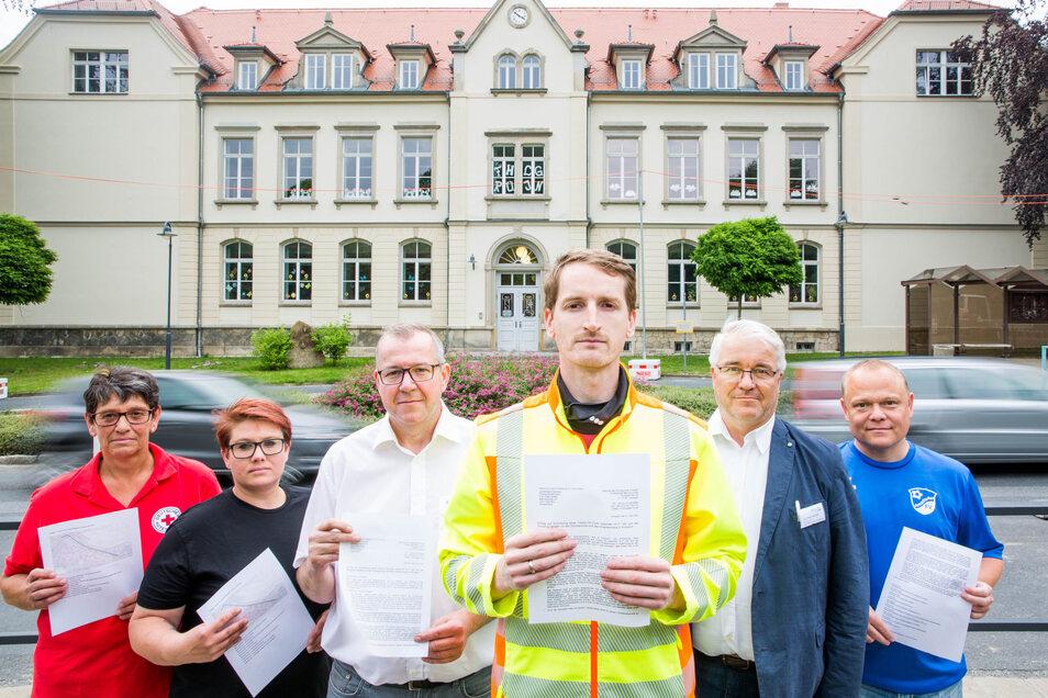Sie machen sich für eine Tempo-30-Zone im Bereich der Grundschule und des Krankenhauses Ansdorf stark: (v.l.n.r.) Dagmar Duttge, Mandy Hauswald, Ilko Keßler, Marcus Fuchs, Lutz-Peter Petzold und Jörg Gruner.