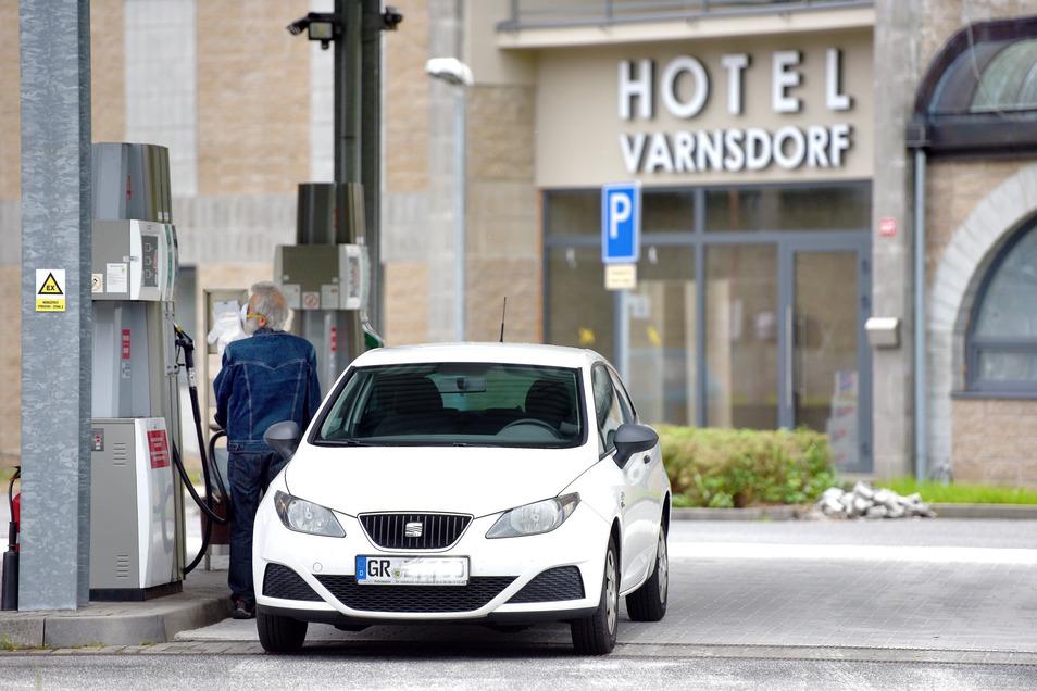Und natürlich gleich wieder tanken: 90 Cent kostete der Liter Super-Benzin am Freitagmittag in Varnsdorf, zur gleichen Zeit in Neugersdorf mehr als 1,30 Euro. Eine halbe Stunde nach Grenzöffnung standen an den beiden Varnsdorfer Grenz-Tankstellen die Autos schon Schlange.