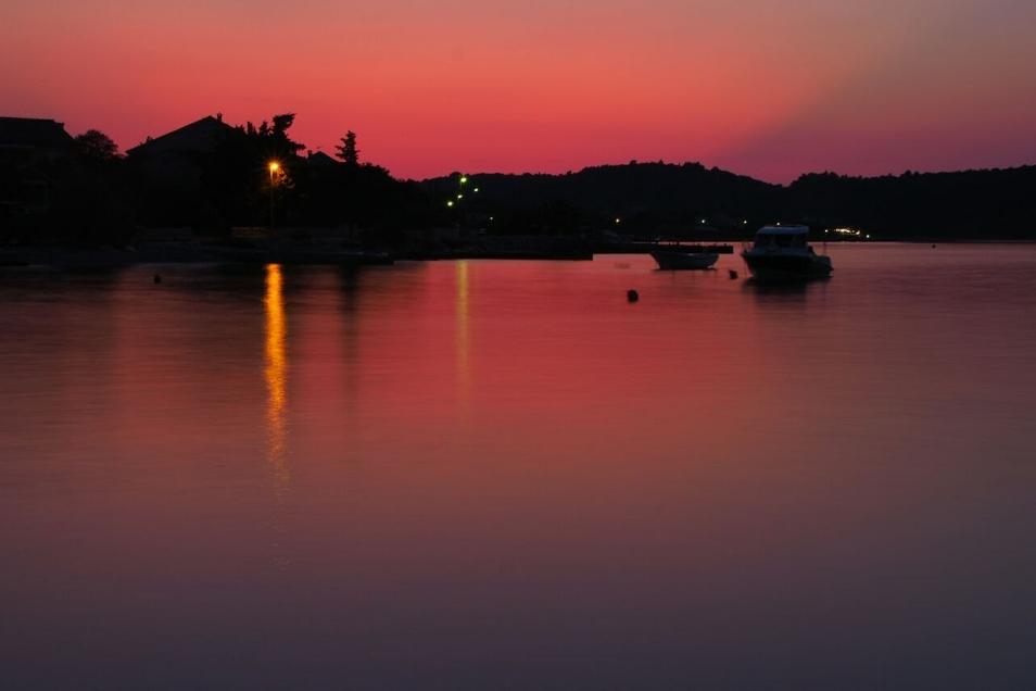 Sonnenuntergang über einer Marina in Kroatien.