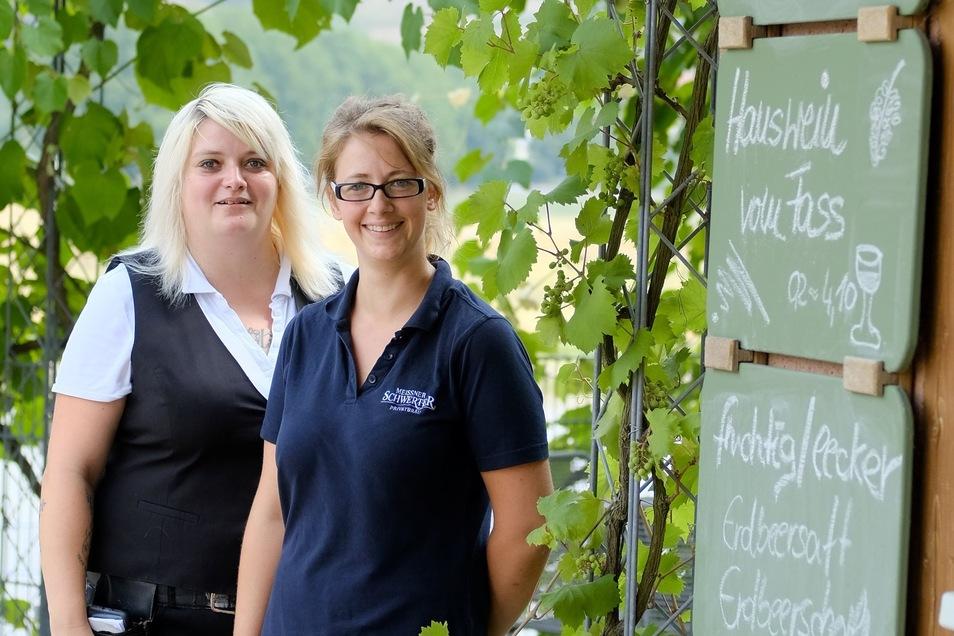 Romy Ciemek und Veronika Stachert bedienen die Gäste im Biergarten in Niederlommatzsch.
