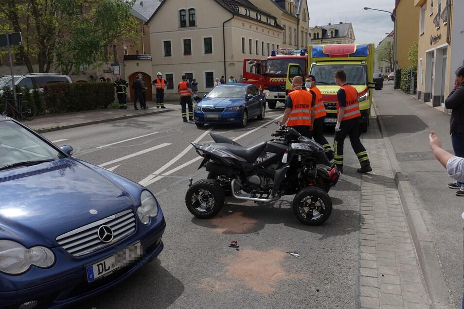 Ein Mercedes und ein Quad sind zusammengestoßen.