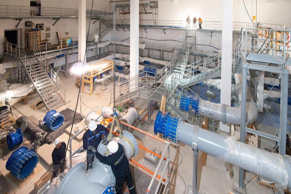 Ein Blick ins neue Technikgebäude, wo derzeit die hydraulischen Anlagen eingebaut werden.