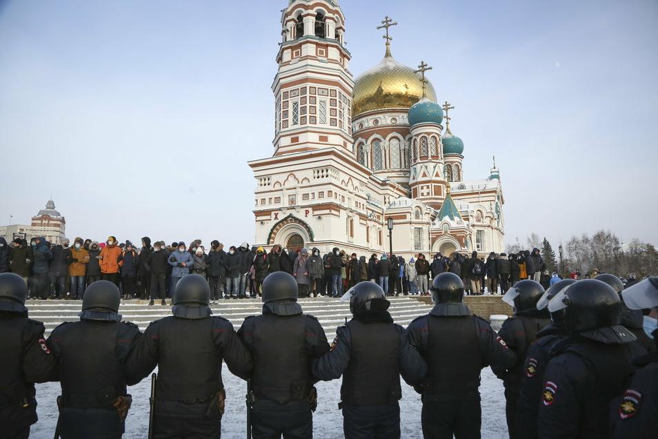 Polizisten stehen in Omsk Demonstranten gegenüber.