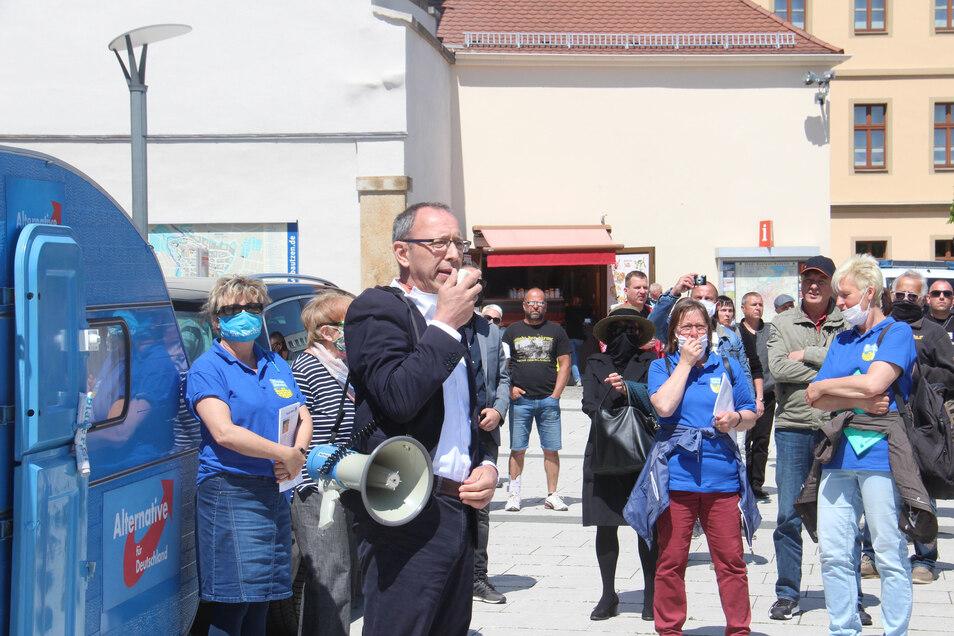 Bei der AfD-Kundgebung mit Sachsens Landesvorsitzendem Jörg Urban im Mai am Bautzener Reichenturm mit dabei: Mitglieder der Bautzener Liedertafel (blaue Oberteile).
